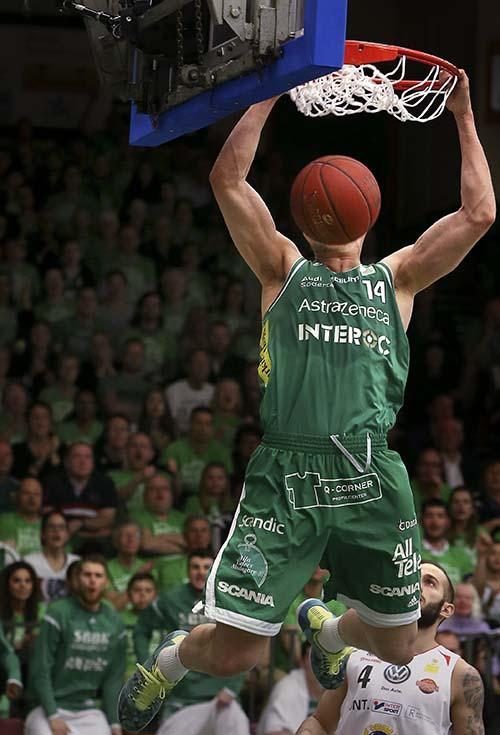 SÖDERTÄLJE 20150429 Täljes Aaron Anderson dunkar in en tvåpoängare i basket SM-finalen mellan Södertälje och Uppsala på onsdagen. Södertälje Kings vann matchen och är därmed SM-mästare.